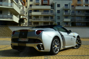 Srebrna Ferrari California