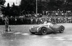 Pierwszy samochód Ferrari- model 125 S na torze w miasteczku Piacenza