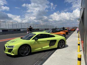 Sportowe samochody na torze